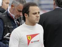 Piloto da Ferrari Felipe Massa volta para os boxes depois de bater na terceira sessão de treinos do Grande Prêmio de Mônaco de Fórmula 1. Um problema na suspensão provocou o acidente do brasileiro Felipe Massa no Grande Prêmio de Mônaco no domingo, informou a Ferrari nesta terça-feira. O acidente de Massa na corrida pareceu uma repetição da batida que ele sofreu no sábado. 25/05/2013. REUTERS/Robert Pratta