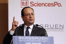"""Paris, Rome et Berlin ont peaufiné mardi à Paris des initiatives communes visant à résorber le chômage des jeunes, qui touche plus de sept millions de personnes en Europe. """"Il y a urgence pour l'emploi des jeunes"""", a déclaré François Hollande en début de journée lors d'un colloque organisé par l'Institut Berggruen à Sciences Po Paris. /Photo prise le 28 mai 2013/REUTERS/Charles Platiau"""