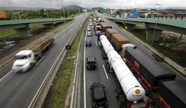 Trucks line up at Rodovia Conego Domenico Rangoni in Guaruja in this March 27, 2013 file photo. REUTERS/Paulo Whitaker/Files