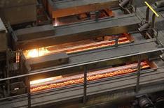 Acier en fusion dans un site de production. Les prix des produits sidérurgiques chinois devraient chuter lourdement cette année en raison de surcapacités persistantes et du recul des prix du minerai de fer. Le ralentissement de la croissance en Chine pèse sur la demande, remettant en question les projets de développement des grands groupes miniers. /Photo prise le 6 mai 2013/REUTERS/Leonhard Foeger