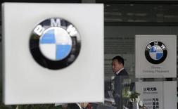 BMW est en train de recruter un groupe de jeunes Espagnols sans emploi pour les former en Allemagne dans le cadre d'un programme pilote. Vingt-cinq chômeurs âgés de 18 à 25 ans seront ainsi formés pendant un an au siège du groupe à Munich. A l'issue de cette formation, ces jeunes auront le choix de rester en Allemagne ou repartir dans leur pays d'origine. /Photo prise le 23 octobre 2013/REUTERS
