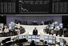 Les Bourses européennes sont en net recul mercredi à mi-séance, des indicateurs américains très encourageants ayant ravivé la crainte d'un ralentissement du rythme de rachats d'actifs de la Réserve fédérale. À Paris, l'indice CAC 40 perdait 1,4% vers 11h00 GMT. À Francfort, le Dax reculait de 1,75% et à Londres, le FTSE abandonnait 1,58%./Photo prise le 29 mai 2013/REUTERS/Remote/Marte Kiesling