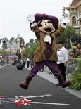 Foto de arquivo do personagem da Disney Mickey Mouse na Disneylândia, em Anaheim, na Califórnia. Um funcionário da Disneylândia foi detido sob suspeita de posse de dispositivo destrutivo após uma explosão com gelo seco em uma lata de lixo no parque no Estado norte-americano da Califórnia, disse a polícia. 20/05/2011 REUTERS/Mario Anzuoni