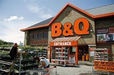 Kingfisher, qui détient notamment les enseignes B&Q et Screwfix en Grande-Bretagne et les magasins Castorama et Brico Dépôt en France, ublie un bénéfice tiré des ventes en magasins de 114 millions de livres (133,3 millions d'euros) pour les 13 semaines au 4 mai, en baisse de 29,2% par rapport à la même période de l'an dernier. /Photo d'archives/REUTERS/Alessia Pierdomenico