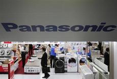 Логотип Panasonic Corp в магазине электроники в Токио 28 марта 2013 года. Panasonic Corp сократит около 5.000 рабочих мест в ближайшие три года с целью увеличения маржи операционной прибыли до установленного президентом компании Кадзухико Цугой минимума в 5 процентов. REUTERS/Yuya Shino