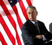 Мэр Нью-Йорка Майкл Блумберг выглядывает в окно во время пресс-конференции в Нью-Йорке 5 апреля 2011 года. Полиция нашла вещество, похожее на яд рицин, в анонимных письмах с угрозами мэру Нью-Йорка Майклу Блумбергу, активному стороннику ужесточения контроля за оборотом оружия. REUTERS/Shannon Stapleton