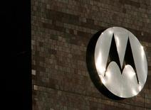 Логотип Motorola на штаб-квартире компании в Шаумберге, штат Иллинойс 3 феврадя 2009 года. Motorola планирует запустить в производство новый смартфон, который будет производиться в США, сказал в среду глава компании Деннис Вудсайд, подтвердив слухи о том, что бывший лидер рынка мобильных телефонов планирует возвращение на высококонкурентную площадку. REUTERS/John Gress