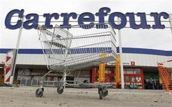 Carrefour gagne 2,59% à la mi-séance. Le distributeur et CFAO (+5,82%) ont annoncé la signature d'un protocole d'accord visant à constituer une société commune pour développer différents formats de magasins dans huit pays d'Afrique. /Photo d'archives/REUTERS/François Lenoir