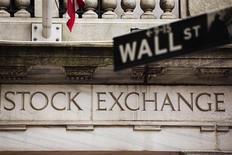 Wall Street a ouvert en légère hausse, l'annonce de statistiques jugées décevantes sur l'emploi et la croissance éloignant la possibilité d'un ralentissement de la politique de rachats d'actifs de la Réserve fédérale. /Photo prise le 8 mai 2013/REUTERS/Lucas Jackson