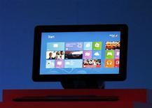 """Imagen de archivo de una tableta corriendo bajo el sistema operativo Windows 8 de Microsoft durante su lanzamiento en Nueva York, oct 25 2012. Microsoft Corp recupera el botón de """"inicio"""" de Windows al ofrecer una versión simplificada como parte de una serie de mejoras que apuntan a atraer usuarios de tablets y apaciguar los clientes de computadoras alienados por Windows 8. REUTERS/Lucas Jackson"""