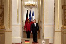 La France et l'Allemagne sont d'accord pour doter l'Eurogroupe d'un président à temps plein, une des pistes pour accroître la coordination des politiques économiques dans la zone euro, a déclaré jeudi François Hollande aux côtés de la chancelière allemande, Angela Merkel, lors d'une conférence de presse commune à Paris. /Photo prise le 30 mai 2013/REUTERS/Charles Platiau