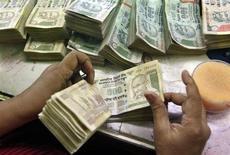 L'économie indienne a connu une croissance de 5% sur l'exercice 2012/2013, la plus faible depuis 10 ans. /Photo d'archives/REUTERS/Rupak De Chowdhuri