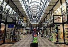 Les ventes au détail ont reculé contre toute attente en avril en Allemagne, une annonce susceptible de tempérer les espoirs de ceux qui voient la consommation des ménages être le principal moteur de la croissance de la première économie européenne. /Photo d'archives/REUTERS/Fabian Bimmer