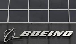 Логотип Boeing на здании штаб-квартиры компании в Чикаго 24 апреля 2013 года. Британский туроператор TUI Travel согласовал с Boeing условия покупки 60 лайнеров 737 MAX с опционом на приобретение еще 90 топливоэкономичных самолетов. REUTERS/Jim Young