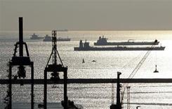 Нефте- и газоналивные танкеры в гавани Марселя 27 октября 2010 года. Цены на нефть Brent снизятся в этом и следующем годах в связи с неопределенным прогнозом экономического роста Китая и мрачным прогнозом для Европы, предполагают аналитики, опрошенные Рейтер. REUTERS/Jean-Paul Pelissier