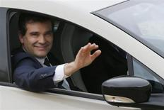 French Minister for Industrial Recovery Arnaud Montebourg waves goodbye after attending a ministers' meeting at the Elysee Palace in Paris May 6, 2013. REUTERS/Gonzalo Fuentes
