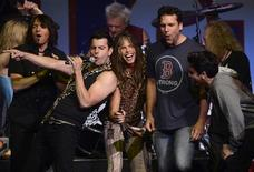 Artistas do New Kids on the Block(2o a esq.), Aerosmith (C) e o comediante Dane Cook (3o a dir.) cantam ao final do concerto beneficente para as vítimas das bombas na Maratona de Boston. 30/05/2013 REUTERS/Gretchen Ertl