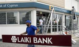 Les autorités chypriotes ont annoncé vendredi le gel de 5,3 milliards d'euros d'avoirs financiers appartenant à trois anciens dirigeants de la banque Laiki, liquidée le mois dernier dans le cadre du plan d'aide de 10 milliards de l'Union européenne et du FMI. /Photo prise le 2 mai 2013/REUTERS/Andreas Manolis
