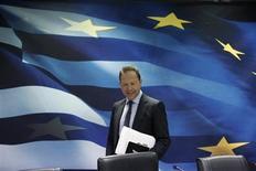 Le ministre grec des Finances, Yannis Stournaras, dit que le pays est optimiste sur un retour à la croissance l'an prochain et entend bien demander une réduction de sa dette publique, comme prévu en cas de bons résultats économiques. /Photo prise le 9 mai 2013/REUTERS/John Kolesidis