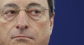 Глава ЕЦБ Марио Драги на дебатах в Европарламенте в Страсбурге 16 апреля 2013 года. Экономика еврозоны начнет восстановление в этом году благодаря мягкой денежно-кредитной политике Европейского центробанка и спросу из-за рубежа, сказал президент банка Марио Драги. REUTERS/Vincent Kessler
