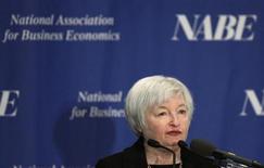 """Заместитель председателя ФРС США Джанет Йеллен на конференции в Вашингтоне 4 марта 2013 года. Жесткое ограничение заимствований может потребоваться банкам """"слишком большим, чтобы пасть"""", сказала в понедельник заместитель председателя ФРС США Джанет Йеллен, добавив свой голос к хору регуляторов, желающих пойти в этом вопросе дальше стандартов, согласованных на волне финансового кризиса 2007-2009 годов. REUTERS/Gary Cameron"""