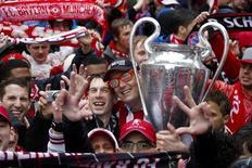 """Болельщики """"Баварии"""" в Мюнхене 2 июня 2013 года. Мюнхенская """"Бавария"""" стала первой командой в истории Германии, выигравшей три крупнейших турнира за сезон - в субботу вечером баварцы одолели """"Штутгарт"""" со счетом 3-2 в финале Кубка Германии. REUTERS/Wolfgang Rattay"""