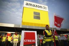 Funcionários da Amazon participam de greve convocada pelo sindicato Verdi em depósito da varejista online em Bad Hersfeld, na Alemanha. Trabalhadores da operação alemã da varejista online Amazon.com estão preparados para realizar uma terceira greve de um dia nesta segunda-feira, em uma disputa sobre salários e benefícios. 14/05/2013 REUTERS/Lisi Niesner