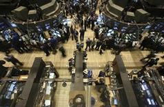 Wall Street rebondit à l'ouverture lundi après sa nette baisse de vendredi, dans l'anticipation d'un indice ISM en demi-teinte qui contraindra la Réserve fédérale à maintenir ses injections de liquidités. Le Dow Jones gagne 0,38% dans les premiers échanges. Le Standard & Poor's 500, plus large, progresse de 0,16% et le Nasdaq 0,12%. /Photo d'archives/REUTERS/Brendan McDermid