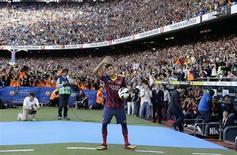 Neymar acena a torcedores do Barcelona em sua apresentação ao clube, após assinar contrato de cinco anos com o time, no estádio Camp Nou, em Barcelona, na Espanha, nesta segunda-feira. 03/06/2013 REUTERS/Gustau Nacarino
