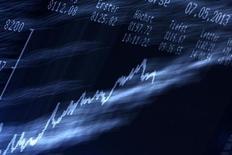 График динамики немецкого индекса DAX на фондовой бирже во Франкфурте-на-Майне 7 мая 2013 года. Европейские акции растут за счет производителей микрочипов благодаря оптимистичному прогнозу STMicroelectronics. REUTERS/Lisi Niesner
