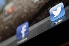 An illustration picture shows the log-on icon for the Website Facebook and Twitter on an Ipad in Bordeaux, Southwestern France, January 30, 2013. REUTERS/Regis Duvignau