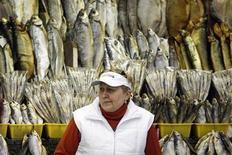 Продавец сушеной рыбы на рынке в Москве 13 октября 2008 года. Рост потребительских цен в России в мае 2013 года оказался выше прогнозов и составил 0,7 процента в месячном и 7,4 процента - в годовом выражении, сообщил Росстат. REUTERS/Denis Sinyakov