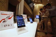 Smartphones da Lenovo são exibidos durante coletiva de imprensa sobre os resultados anuais da empresa, em Hong Kong. O grupo chinês Lenovo está em discussões detalhadas sobre uma parceria em celulares inteligentes com a japonesa NEC, enquanto busca alianças e aquisições para se expandir em mercados de alto crescimento. 23/05/2013 REUTERS/Bobby Yip