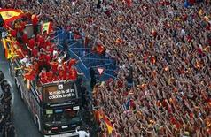 Seleção nacional de futebol da Espanha celebra em cima de um ônibus diante dos torcedores após a conquista da Euro 2012, em Madri. A Copa das Confederações está longe de ser o torneio mais importante do mundo, mas a Espanha está ansiosa para completar sua sala de troféus após a conquista da Copa do Mundo e da Eurocopa. 2/07/2012. REUTERS/Javier Barbancho