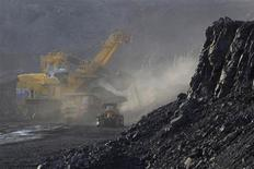 Экскаватор грузит уголь в грузовик на Краснобродском угольном разрезе в Кемеровской области 23 июля 2012 года. Российский уголь теряет конкурентоспособность в Европе из-за высоких транспортных расходов и более низких цен конкурентов, тогда как спрос может сократиться в этом году в связи с закрытием устаревших электростанций, работающих на угле. REUTERS/Sergei Karpukhin