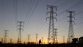 Les tarifs de l'électricité en France pour les ménages devraient augmenter de 6,8% à 9,6% cet été pour couvrir les coûts d'EDF en 2013, a estimé mercredi la Commission de régulation de l'énergie, une hypothèse immédiatement rejetée par le gouvernement. /Photo d'archives/REUTERS/Siphiwe Sibeko