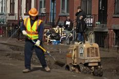 Le secteur privé américain a créé 135.000 emplois au mois de mai, un chiffre nettement inférieur aux attentes, selon l'enquête mensuelle du cabinet de conseil ADP. /Photo prise le 28 mars 2013/REUTERS/Eduardo Munoz