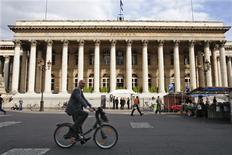 Les Bourses européennes évoluent en légère hausse à mi-séance jeudi, avant la publication des chiffres des inscriptions au chômage aux Etats-Unis et la conférence de presse du président de la Banque centrale européenne. Vers 10h45 GMT, l'indice paneuropéen FTSEurofirst 300 gagne 0,3% et l'EuroStoxx 50 0,55%. Paris, dont l'ouverture a été retardé d'une heure par des problèmes techniques, prend 0,48% à 3.870,47 points. Francfort progresse de 0,34% et Londres avance de 0,12%. /Photo d'archives/REUTERS/Charles Platiau