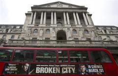 Автобус проезжает мимо здания Банка Англии в Лондоне 23 февраля 2013 года. Банк Англии проголосовал против возобновления программы скупки облигаций и сохранил ключевую ставку на рекордно низком уровне на последнем заседании для председателя банка Мервина Кинга. REUTERS/Neil Hall