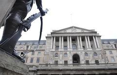 La Banque d'Angleterre n'a modifié jeudi ni son taux directeur, maintenu à 0,5%, ni le montant de son programme de rachats d'actifs, qui reste à 375 milliards de livres, comme l'attendaient les marchés. /Photo d'archives/REUTERS/Toby Melville