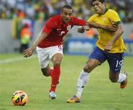 O meia-atacante brasileiro Hulk (D) disputa lance com o inglês Walcott em amistoso no dia 2 de junho no Rio de Janeiro. REUTERS/Pilar Olivares