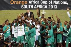 Jogadores nigerianos comemoram a conquista da Copa Africana de Nações (AFCON 2013) em Joanesburgo, na África do Sul. A Nigéria fez nove mudanças na equipe convocada para a Copa das Confederações nesta sexta-feira em relação ao time que conquistou a Copa Africana de Nações em fevereiro, em mais uma experiência do técnico Stephen Keshi com jovens jogadores. 10/02/2013. REUTERS/Siphiwe Sibeko