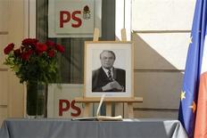 Hommage à Pierre Mauroy au siège du Parti socialiste, rue de Solférino, à Paris. L'ancien Premier ministre, premier chef d'un gouvernement socialiste sous la Ve République, est décédé à l'âge de 84 ans. /Photo prise le 7 juin 2013/REUTERS/Benoît Tessier