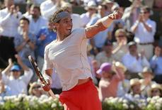 O espanhol Rafael Nadal comemora a vitória sobre o sérvio Novak Djokovic na semifinal do Aberto da França, no estádio Roland Garros, em Paris. Rafa Nadal exibiu nesta sexta-feira o mesmo vigor físico e autoconfiança que lhe ajudaram a conquistar sete títulos do Aberto da França para derrotar o tenista número um do mundo, Novak Djokovic, por 6-4, 3-6, 6-1, 6-7 e 9-7, em um jogo eletrizante com quatro horas e meia. 7/06/2013. REUTERS/Vincent Kessler