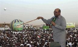 Presidente do Sudão, Omar Hassan al-Bashir, é visto ao discursar para uma multidão no norte de Cartum. O país vai permitir que o primeiro óleo do Sudão do Sul que chegou a um porto do Sudão seja exportado, mas Cartum terá a sua parcela no petróleo, disse neste domingo um ministro sudanês. 08/06/2013 REUTERS/Stringer