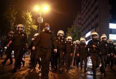 Полицейские преследуют протестующих на площади Кызылай в Анкаре 9 июня 2013 года. Терпение турецких властей к демонстрантам, уже около 10 дней выходящим на улицы в разных городах страны, не будет бесконечным, заявил премьер-министр Турции Тайип Эрдоган в воскресенье, сравнив массовые акции протеста с попыткой военных шесть лет назад лишить его власти. REUTERS/Dado Ruvic