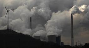 """Угольная электростанция """"Шольвен"""" компании E.ON в Гельзенкирхене 11 марта 2013 года. Мировая экономика в 2012 году поставила рекорд по объему выбросов углекислого года, сообщило Международное энергетическое агентство (IEA) в понедельник. REUTERS/Ina Fassbender"""