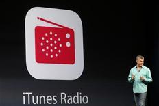 Eddy Cue, responsable du marketing d'Apple. Le groupe a dévoilé lors de sa conférence annuelle des développeurs son nouveau iTunes Radio, service gratuit de streaming musical, un élément clé d'une refonte très attendue de son système d'exploitation mobile. /Photo prise le 10 juin 2013/REUTERS/Stephen Lam