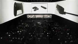 Люди собрались на демонстрации PlayStation 4 в Нью-Йорке, 20 февраля 2013 года. Цена на новую игровую приставку PlayStation 4 от Sony Corp будет на $100 ниже, чем у Xbox One от Microsoft Corp, сообщила японская компания, делая ставку на обострение конкуренции между двумя гигантами. REUTERS/Brendan McDermid