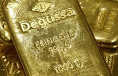 Слитки золота в хранилище трейдера Degussa в Цюрихе 19 апреля 2013 года. Цены на золото снижаются после того, как рейтинговое агентство Standard & Poor's повысило прогноз рейтинга США до стабильного, снизив привлекательность золота как надежного актива. REUTERS/Arnd Wiegmann